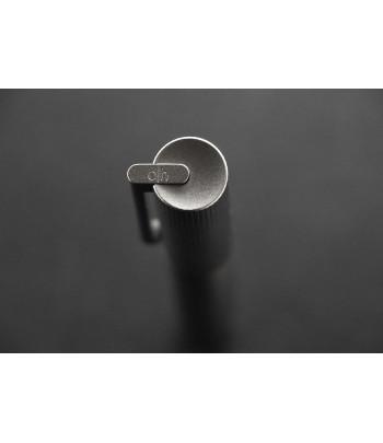 Stylo Otto Hutt Design 08, détail de l'attache du clip articulé sur le capuchon concave.